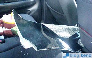 Pecahan Kaca Yang Rapi Pada Mobil Korban Pertama